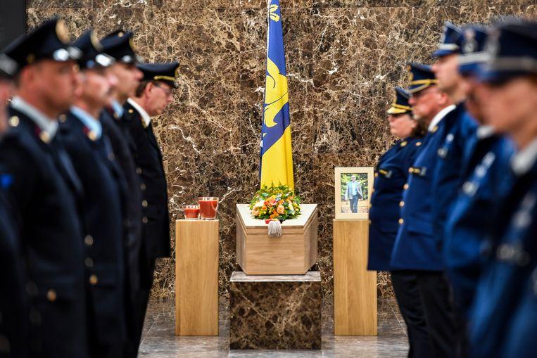 Agenten van de lokale politiezone brachten een eresaluut aan de overleden burgemeester.
