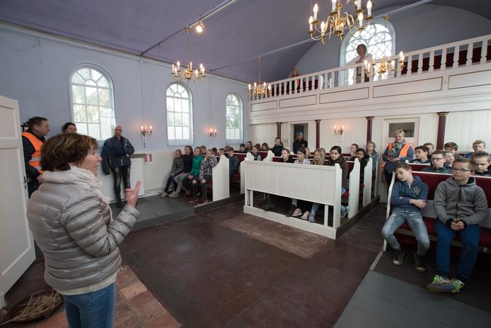 Diny Heidenrijk vertelt leerlingen over de joodse gemeenschap vroeger in Raalte.