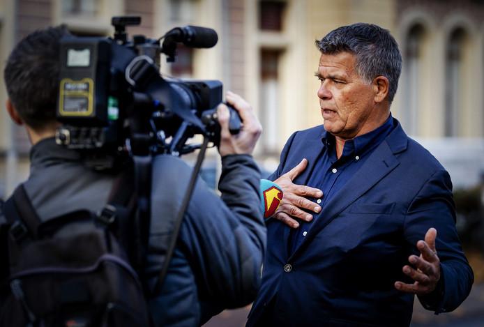 Positiviteitsgoeroe Emile Ratelband staat bij de pers te woord voorafgaand aan de uitspraak van de rechtbank af of hij als 49-jarige door het leven mag gaan, in plaats van de 69 jaar die zijn leven echt telt.