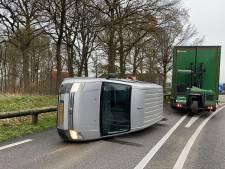 Bestelbus belandt op zijn kant via vangrail in Oploo: chauffeur komt met schrik vrij