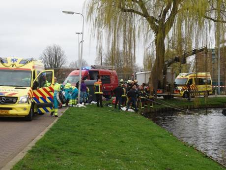 Auto belandt op zijn kop in Goudse sloot, drie personen gewond