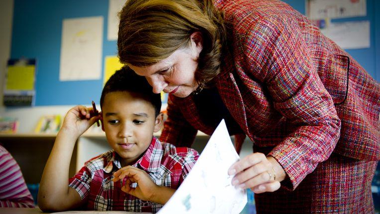 Minister Marja van Bijsterveldt (OCW) brengt een werkbezoek bij de Emmausschool in Rotterdam. Beeld ANP