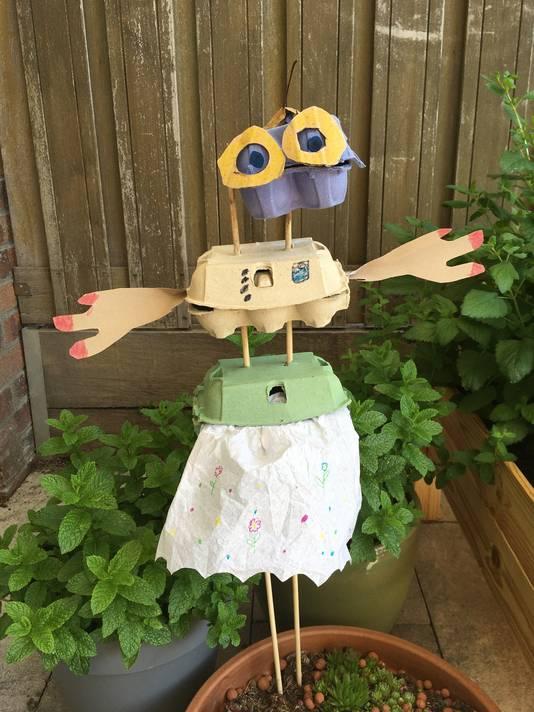 Sophia maakte van afvalmateriaal een muziekinstrument in de vorm van 'Mevrouwtje Eierdoos'.