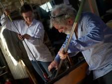 Expositie van 'foutjes' in de tuin van het Leerdamse Glasmuseum