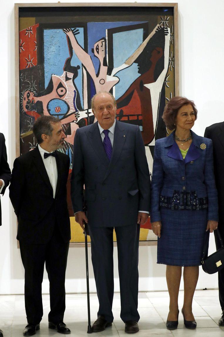 Spaanse koning Juan Carlos I (m), Koningin Sophia (r) en directeur van het Queen Sophia Museum, Manuel Borja-Villel (l), voor de 'Drie Danseressen' Beeld epa