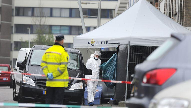 Een begrafenisauto op de plek waar vermoedelijk het slachtoffer is doodgeschoten. Beeld anp