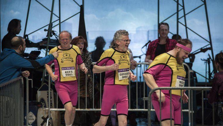 'Vier veel te dikke, ongedisciplineerde, drinkende automonteurs worden klaargestoomd om de marathon van Rotterdam te lopen.' Beeld