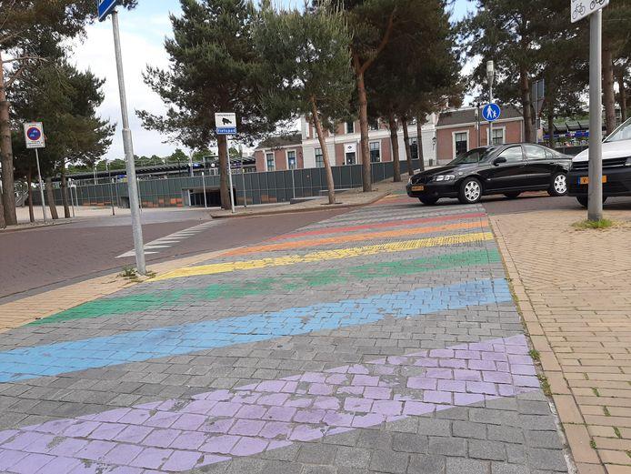 Het regenboog zebrapad in Apeldoorn heeft momenteel niet de gewenste uitstraling.
