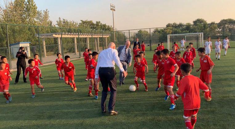 Fifa-voorzitter Infantino trapt een balletje met Noord-Koreaanse kinderen. Beeld Fifa