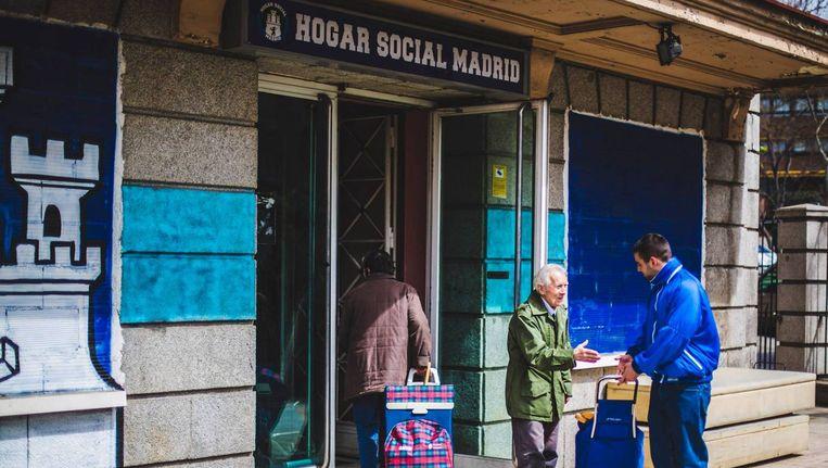 De voedselbank Hogar Social (Sociaal Thuis) in Madrid. Elke zondag open, maar alleen voor Spanjaarden. Beeld null