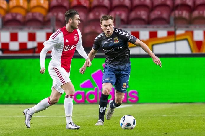 Hendriks, hier in Ajax-shirt, in actie met Xandro Schenk