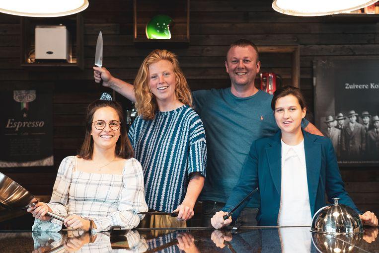 Van links naar rechts: Marilyn Dierick, Amélie Cobbaert, Stijn Cools en Bertien Schoors in Hangaar 5.
