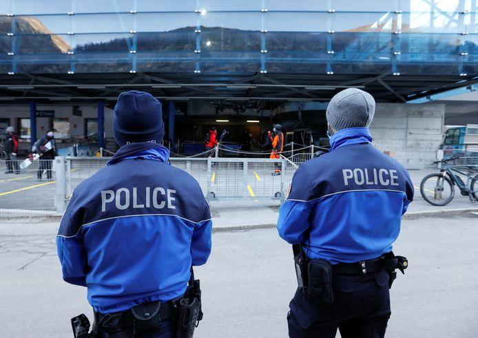 À Zermatt, la police veille aux respect des règles sanitaires.
