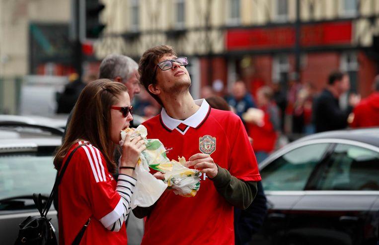 Manchester Unitedfans gisteren bij Old Trafford Beeld Photo News
