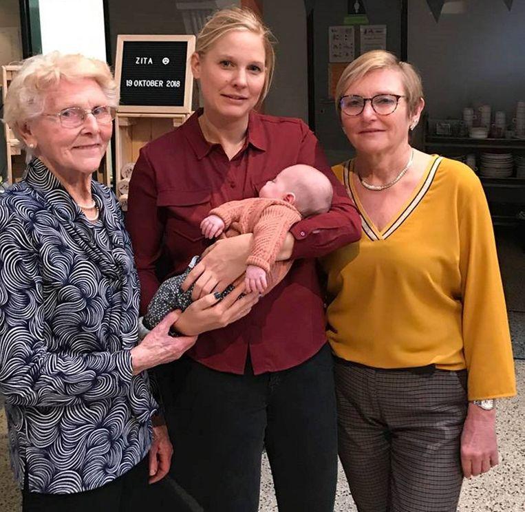 Overgrootmoeder Marie-Josée, mama Anneleen en grootmoeder Viviane poseren fier met het eerste vrouwelijk viergeslacht in de familie.