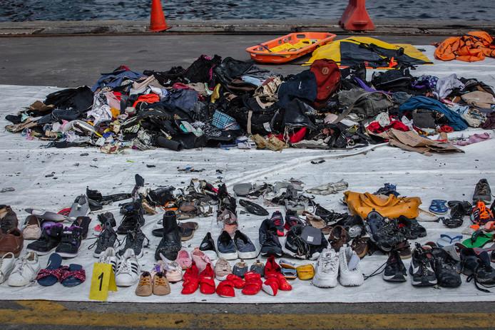 Kinderschoentjes tussen de bezittingen van verongelukte passagiers