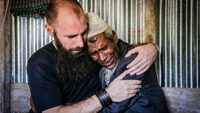 Nourdeen Wildeman en een gevluchte, oude man wiens huis is afgebrand en wiens zoon is 'gearresteerd'. 'Toen ik hem aan het einde van ons gesprek sterkte wenste, brak hij helemaal.'