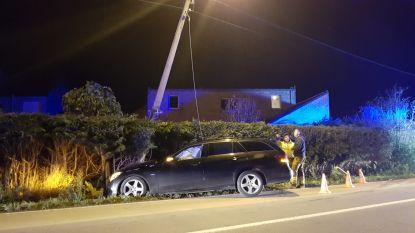 Auto crasht tegen elektriciteitspaal na slippartij