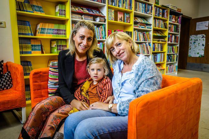 Drie generaties samen in de klas in GBS De Springplank: Maayke Cauwenbergh, Moon Bogaert en Chantal Devogelaere.