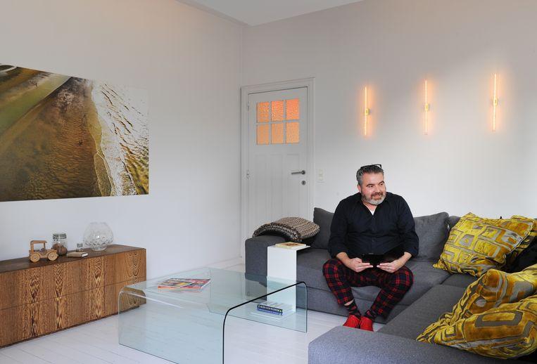 De zithoek is bewust boven en apart ingericht. De foto aan de muur is genomen in Nieuwpoort.