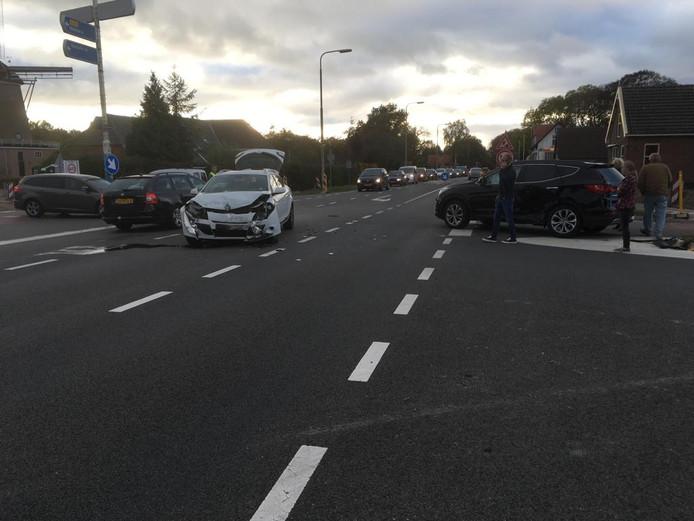 Een botsing op de Holterweg bij Oude Molen/Lettele zorgt voor veel verkeershinder.