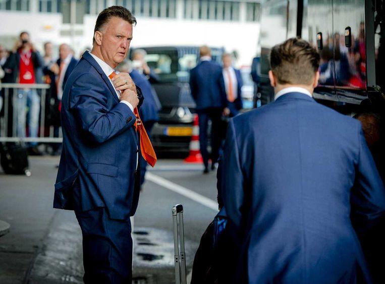 Bondscoach Louis van Gaal op Schiphol, vlak voordat het Nederlands elftal richting het vliegtuig gaat op weg naar Rio de Janeiro voor het WK voetbal in Brazilie. Beeld anp