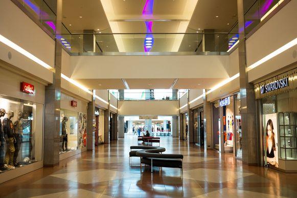 Eén van de hallen in het gerenoveerde Shopping Center. De harde banken van weleer zijn vervangen door malse, krullende zetels met kussens.