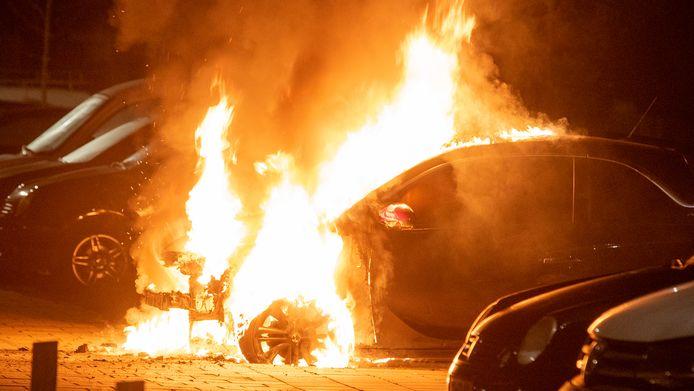 De eerste auto in de Prins Bernhardstraat stond al in lichterlaaie toen de brandweer arriveerde.