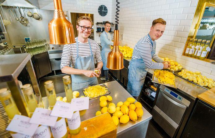 Mark van Wijngen, Olaf Bontje en Maximiliaan van Oeveren (vlnr) van restaurant Huson schillen citroenen voor hun huisgemaakte limoncello.