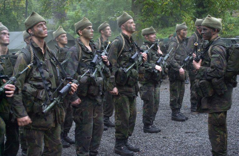Gijs Tuinman (R) treedt op als commandant van zijn lichting tijdens de Elementaire Commando Opleiding in 2001. Gezichten zijn vanwege privacyoverwegingen onherkenbaar gemaakt Beeld ANP
