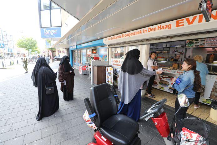 Sinds donderdag 1 augustus is het officieel verboden om gezichtsbedekkende kleding te dragen in openbare gebouwen. In de Haagse Schilderswijk gingen tegenstanders van deze nieuwe wet de straat op.