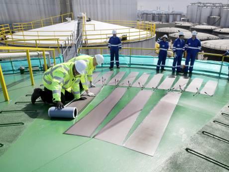 Vopak experimenteert met zonnecellen op het dak van een olietank in de Rotterdamse haven