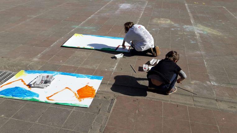 Kinderen De Zonnbloem maken tekeningen voor het rusthuis.