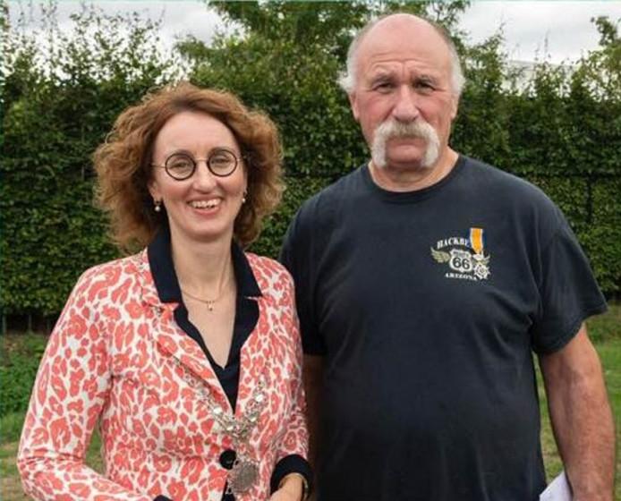 Frans Vogels met burgemeester Judith Keijzers.