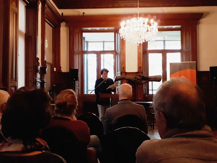 Dichter Maarten van der Graaff draagt zijn werk voor in de Trouwzaal van museum Jan Cunen.