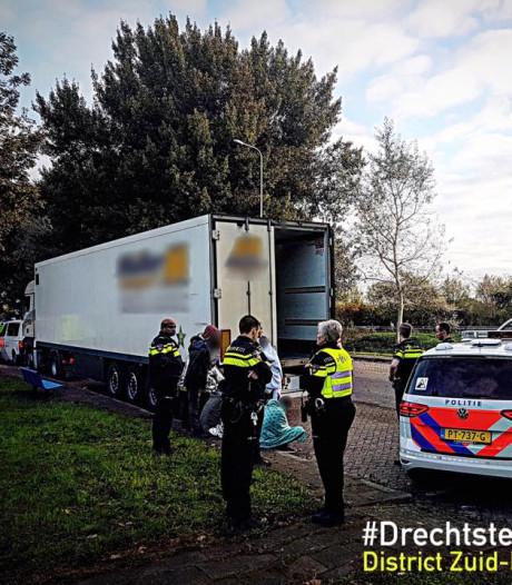 Vrachtwagenchauffeur hoort gebonk: acht verstekelingen ontdekt in truck