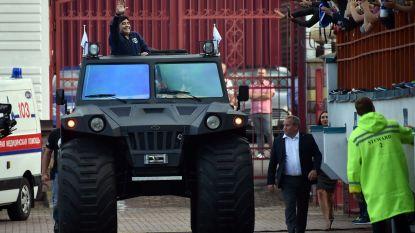 Maradona maakt kennis met zijn nieuwe club Dinamo Brest (en 'Pluisje' arriveert in wel heel opvallende wagen)