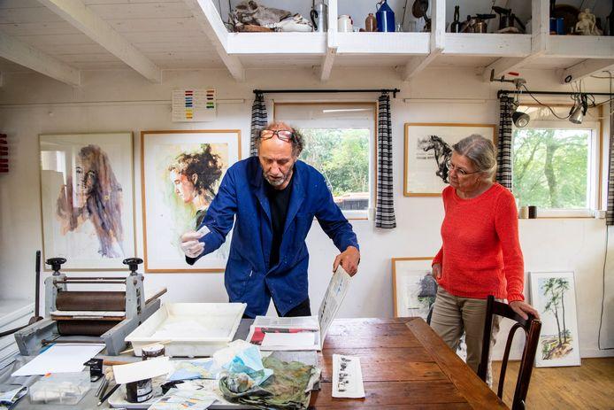 Jeroen Bijl laat Hester Molenberg  zien hoe hij etsen maakt tijdens de Open Atelierdagen.