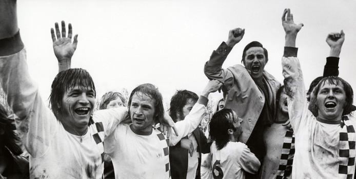Cees Kornelis (tweede van links) viert het kampioenschap van NEC in de eerste divisie in 1975.