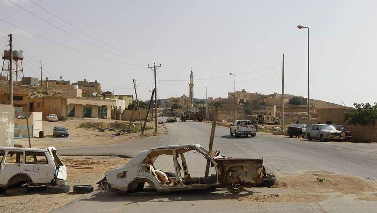 Een wegversperring in de Libische stad Kalaa dat eerder deze week door de rebellen was veroverd en vervolgens door de luchtmacht van Kaddafi gebombardeerd werd. Beeld reuters