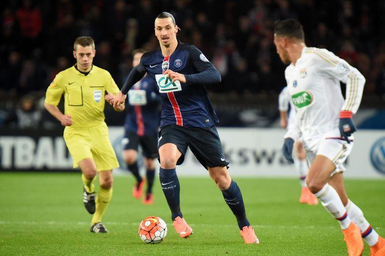 Zlatan Ibrahimovic gisteravond in actie tijdens het Coupe de France-toernooi tussen Paris Saint Germain (PSG) en Olympique Lyonnais (OL). Beeld EPA