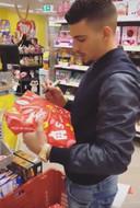 Boef sorteert cadeautjes
