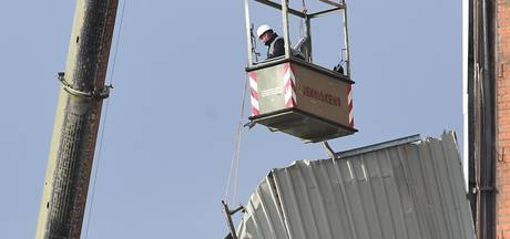 Wapperende wandplaten Boerenbond verwijderd
