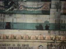 L'homme assis en haut des arches du Cinquantenaire est descendu