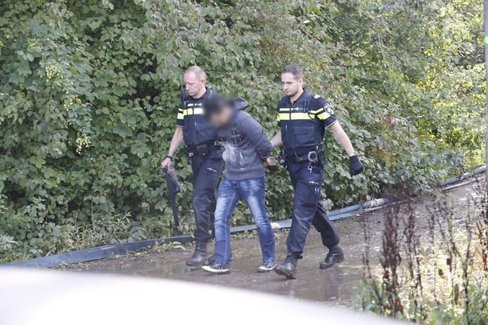 Een van de verdachten wordt meegenomen