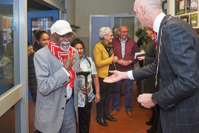 Meierijstad ontving eerder ook al gouden paren bij Ter Aa te Ep  voor een feestje. Op de foto ontvangt de voormalige burgemeester Marcel Fränzel meneer Ranjiet- en mevr. Rosa Ramessar-Dwarka.