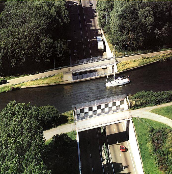 Het oude Ringvaartaquaduct bij Roelofarendsveen, gebouwd in 1961. Inmiddels ligt er een aquaduct naast.