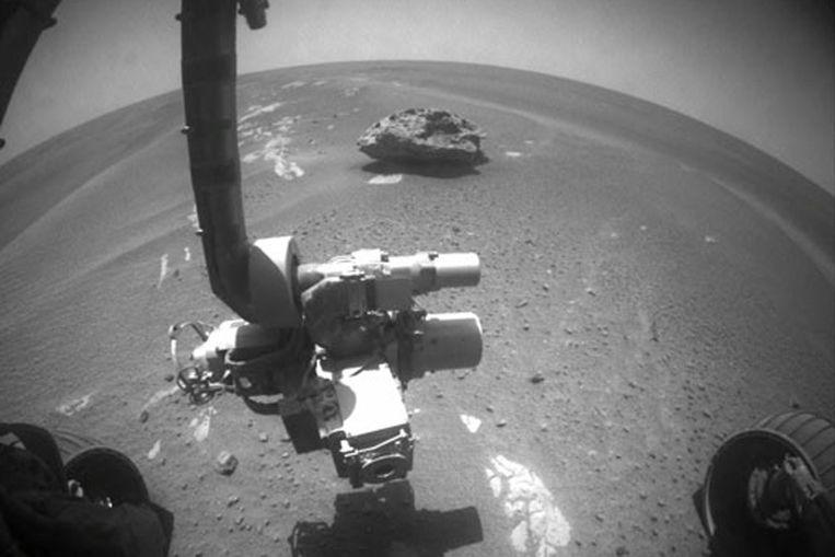 Meteoriet op Mars, op de voorgrond de Opportunity van NASA. (NASA) Beeld