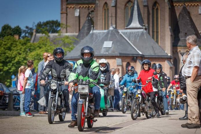 Het deelnemersveld gaat van start in Zegge. foto Marcel Otterspeer/Pix4Profs