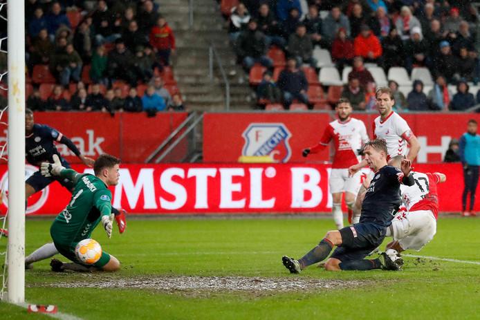 Luuk de Jong scoort de 2-2.